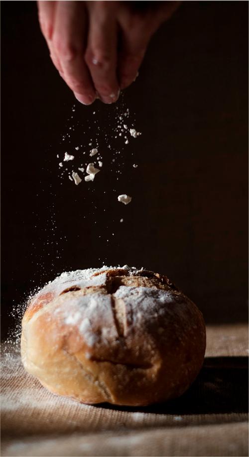 Espolvoreando harina sobre pan sin gluten